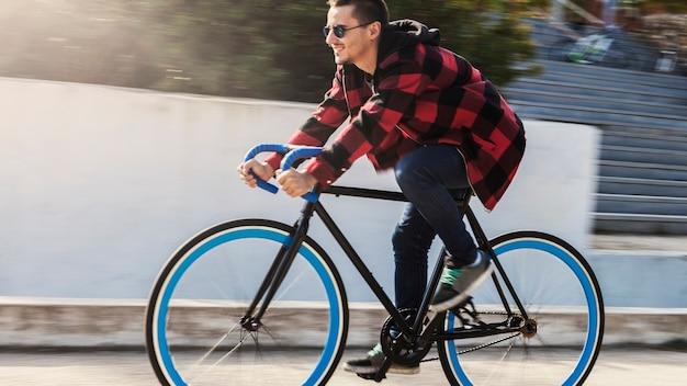 Vista lateral homem andando bicicleta
