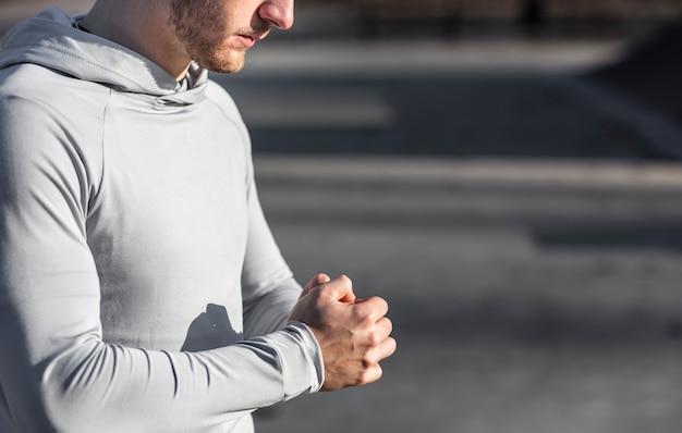 Vista lateral homem aquecendo as mãos