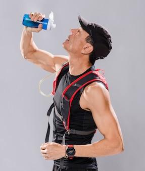 Vista lateral homem bebendo água