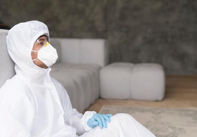Vista lateral homem com óculos e máscara