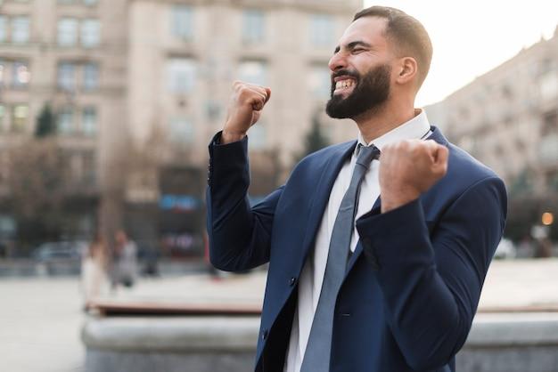 Vista lateral homem de negócios feliz