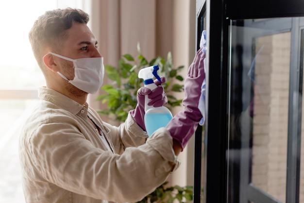 Vista lateral homem desinfecção do quarto