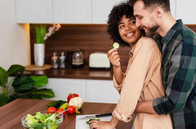 Vista lateral homem e mulher cozinhando juntos
