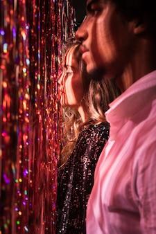 Vista lateral homem e mulher olhando para longe