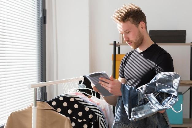 Vista lateral homem inventando roupas