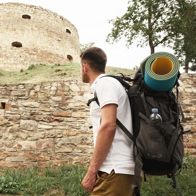 Vista lateral homem nas ruínas do castelo