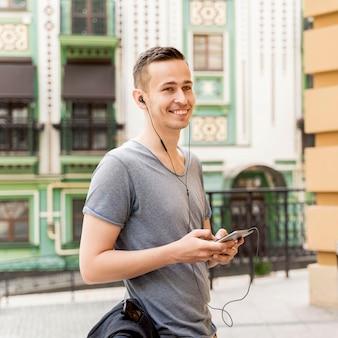 Vista lateral homem ouvindo música