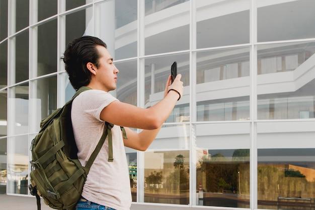 Vista lateral homem tirando fotos