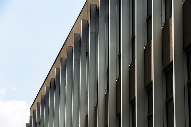 Vista lateral imponente edifício com janelas