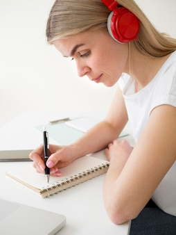 Vista lateral inteligente jovem estudante