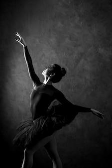 Vista lateral, jovem, bailarina, posar