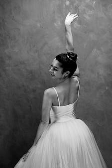 Vista lateral, jovem, bailarina, sorrindo