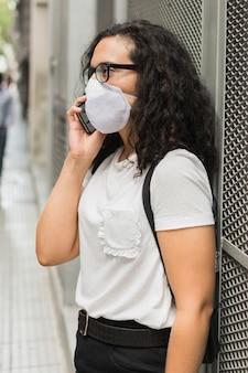 Vista lateral jovem vestindo uma máscara médica