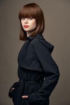 Vista lateral linda senhora aparência europeia roupas elegantes