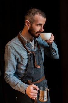Vista lateral masculina fazendo café