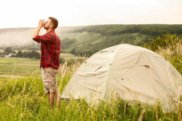 Vista lateral masculino camping