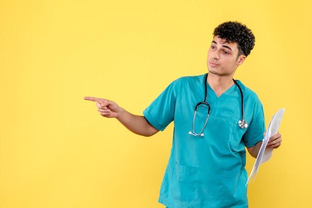 Vista lateral médico altamente qualificado um médico com análises do paciente aponta para o lado