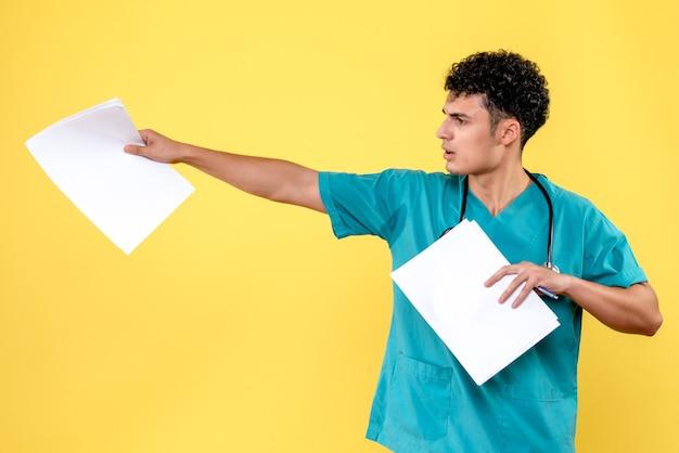 Vista lateral médico altamente qualificado um médico com análises pergunta sobre a doença do paciente