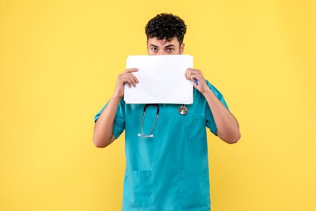 Vista lateral médico altamente qualificado um médico com documentos do paciente