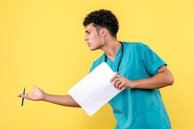 Vista lateral médico altamente qualificado um médico com os documentos pergunta ao paciente sobre sua doença