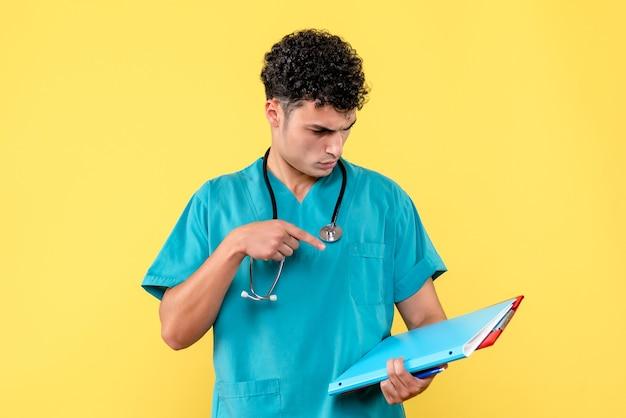 Vista lateral médico altamente qualificado um médico examina os documentos do paciente com covid-