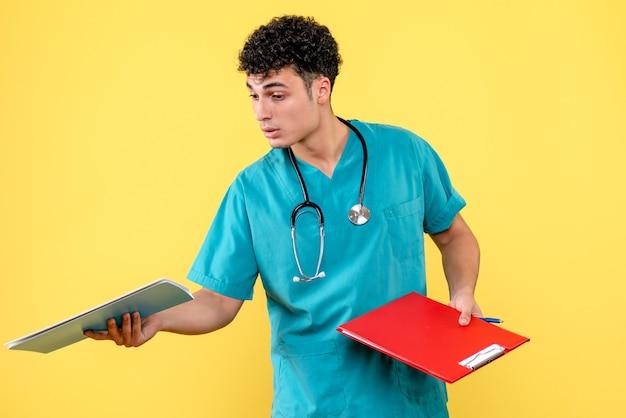 Vista lateral médico altamente qualificado um médico mostra aos colegas os documentos do paciente com covid-