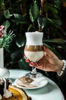 Vista lateral mulher bebendo café com leite