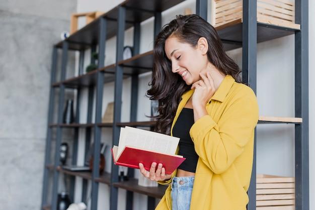 Vista lateral mulher bonita lendo um livro