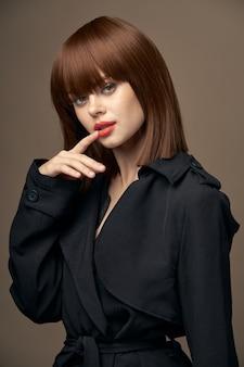 Vista lateral mulher bonita pele clara roupas elegantes