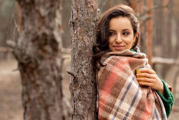 Vista lateral mulher com cobertor