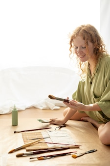 Vista lateral, mulher, com, escova, cobrança