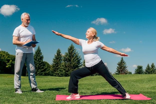 Vista lateral, mulher, com, longo, braços, ao ar livre
