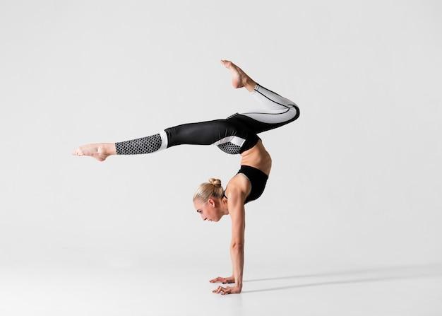 Vista lateral mulher com pernas para cima