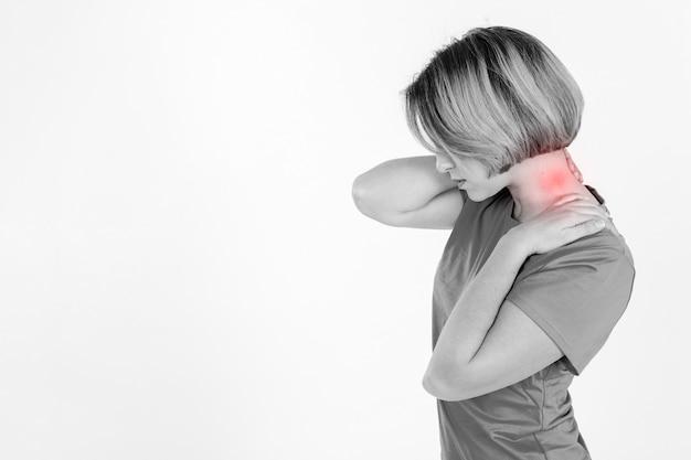 Vista lateral mulher com pescoço ferido