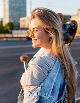 Vista lateral mulher com skate
