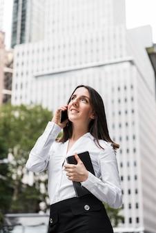 Vista lateral, mulher, com, tabuleta, conversa telefone