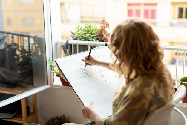 Vista lateral, mulher, desenho, com, lápis
