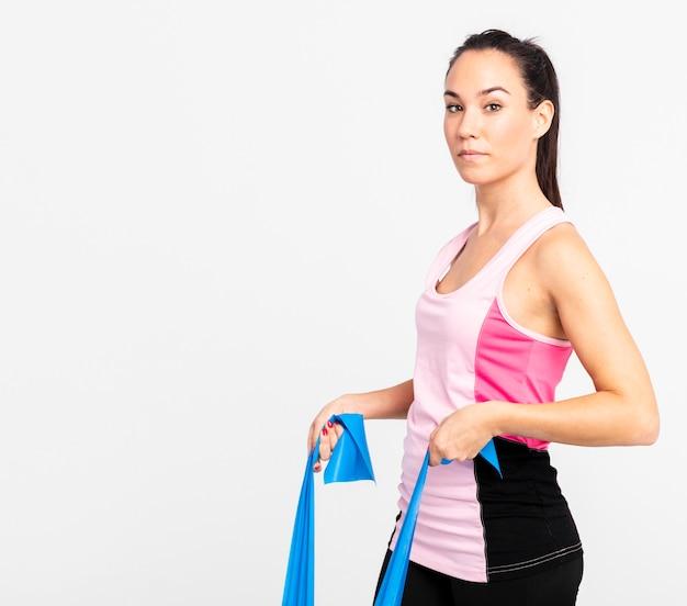 Vista lateral, mulher, em, ginásio, treinamento