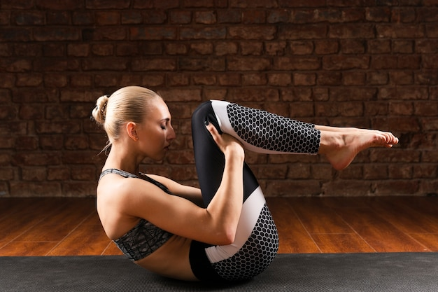 Vista lateral mulher exercitando em casa