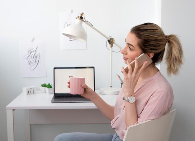 Vista lateral mulher falando por telefone