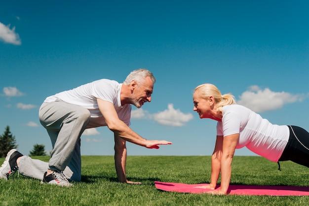 Vista lateral, mulher, fazendo, push-ups