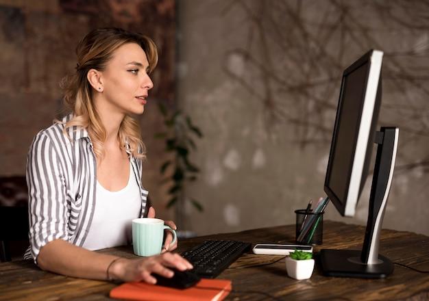 Vista lateral mulher freelance trabalhando em casa
