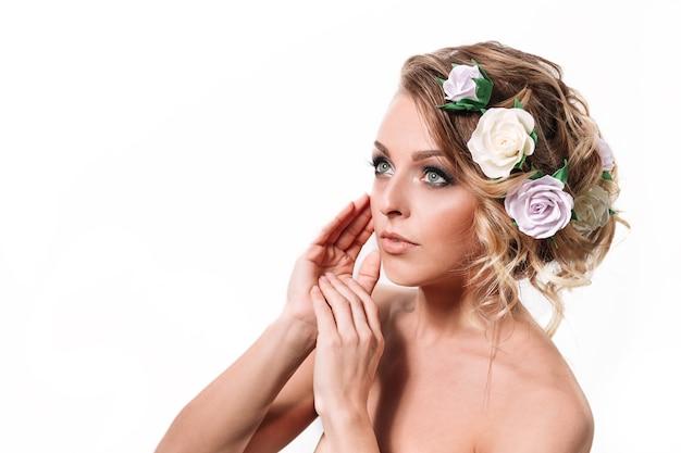 Vista lateral. mulher jovem e atraente com cabelo elegante e maquiagem de noite. isolado em fundo branco
