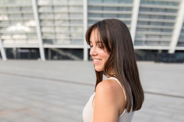 Vista lateral mulher jovem e bonita sorrindo