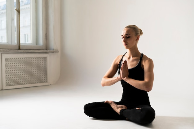 Vista lateral mulher meditando postura