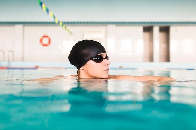 Vista lateral mulher na piscina