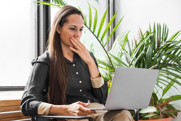 Vista lateral, mulher, no trabalho, sendo, estressado
