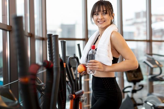 Vista lateral mulher no treino de ginásio