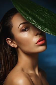Vista lateral. mulher nua com maquiagem molhada, cabelo molhado.