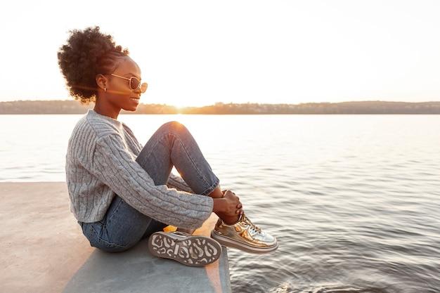 Vista lateral mulher olhando para a água